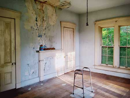 A shabby room in the interior of Thornhaven Manor